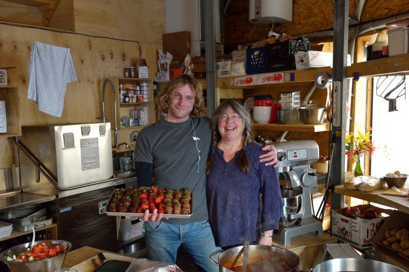 Sarah und Martin als Küchenhelfer
