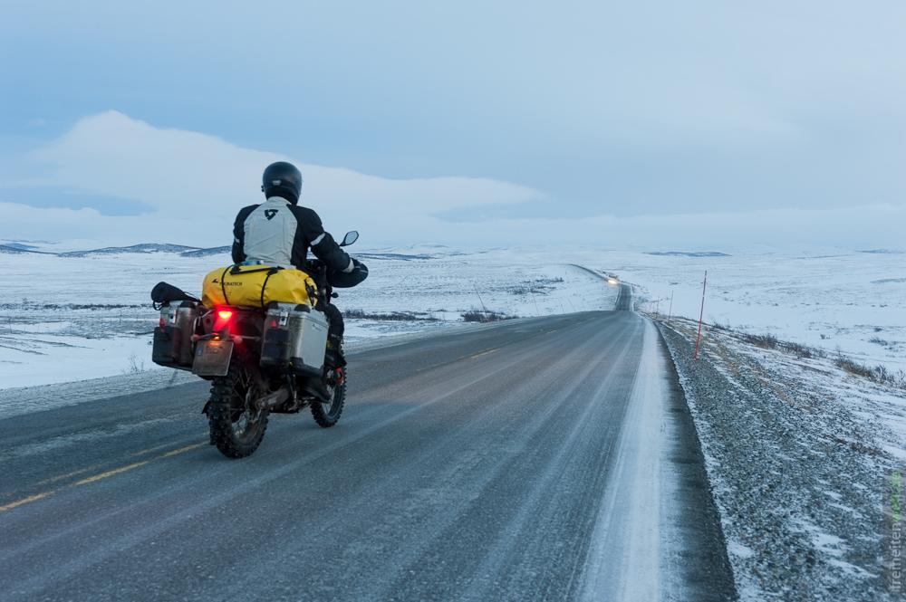 Vereiste Straße nahe des Polarkreises