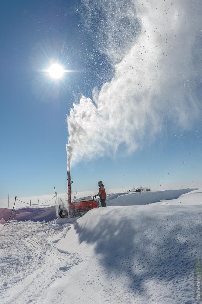 Arbeit mit der Schneefräse