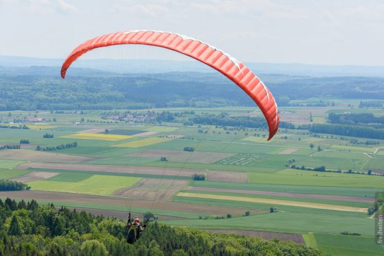 Paraglider in der Luft um den Hesselberg