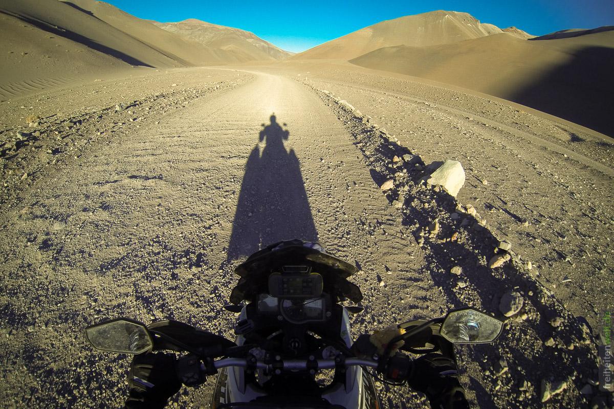 Schattenfahrt durch die Atacama Wüste