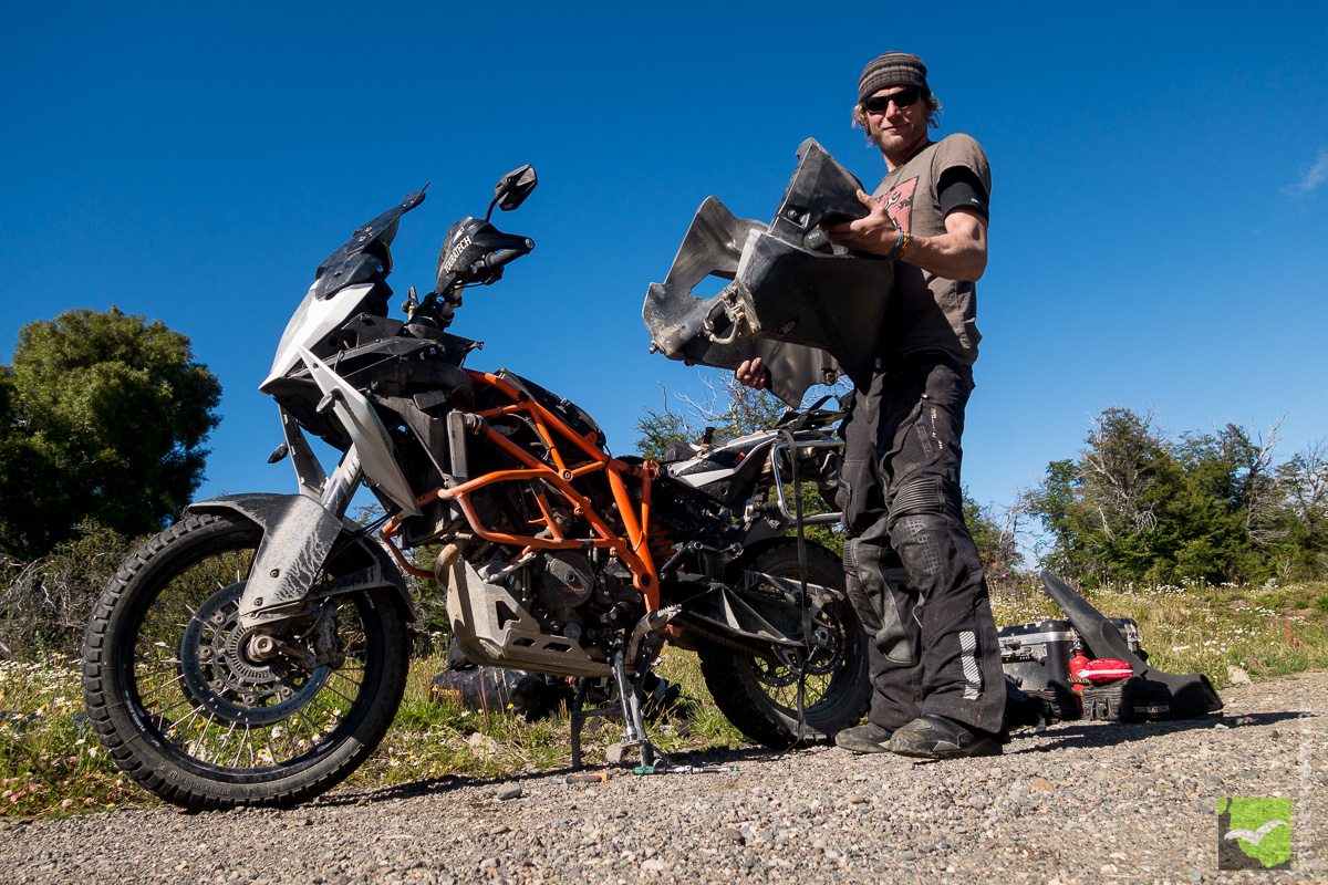 Martin mit dem Tank der KTM in der Hand