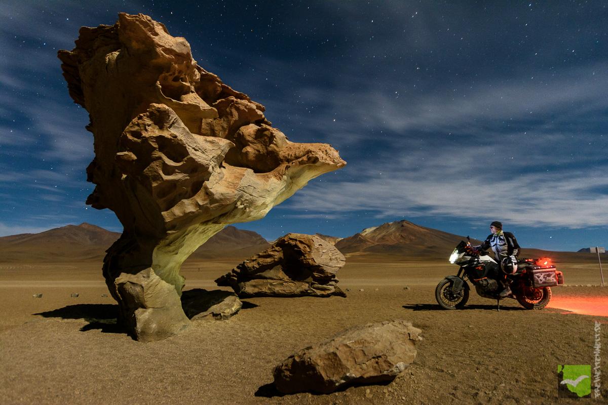 Arbol de Piedra in Bolivien mit Motorrad. Nachthimmel