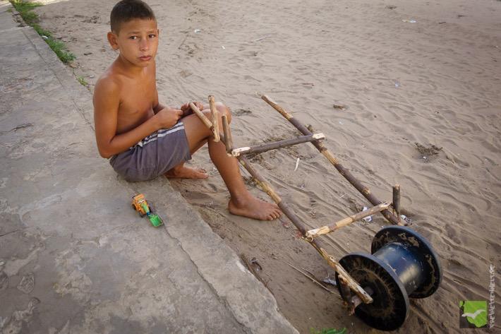 Junge mit seinem selbstgebauten Spielzeug