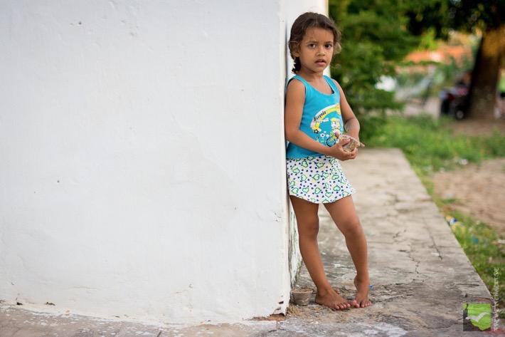 Kleines Mädchen in der Straße