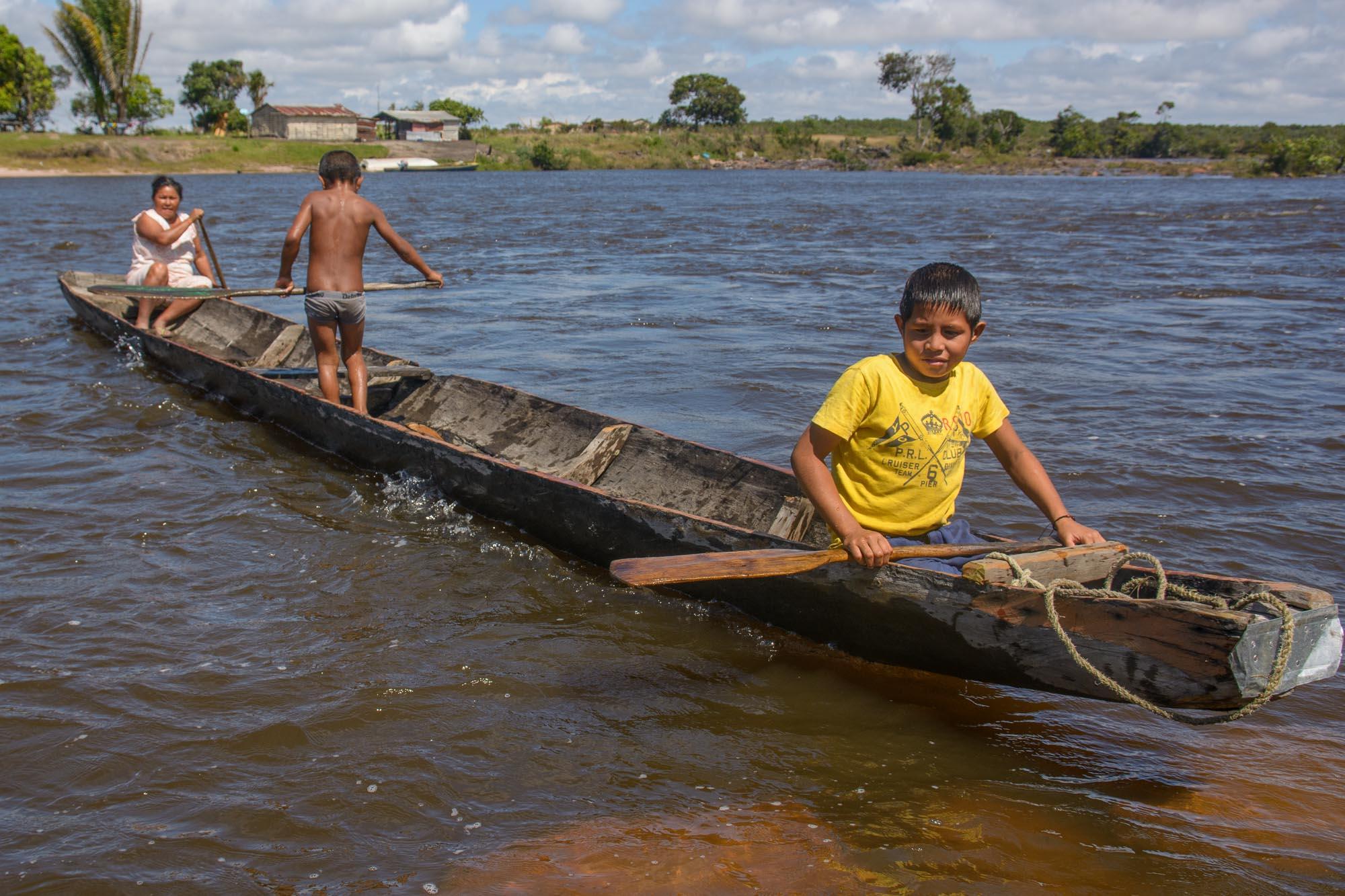 Flußüberquerung mit dem kleinen Boot