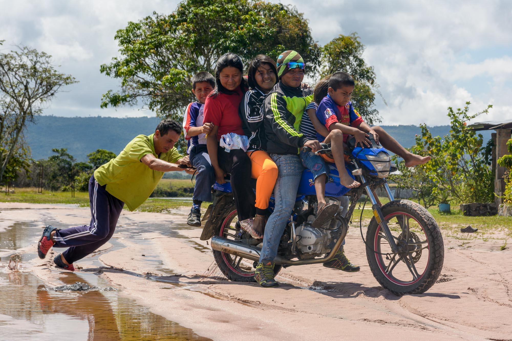 Sechs Menschen auf Motorrad