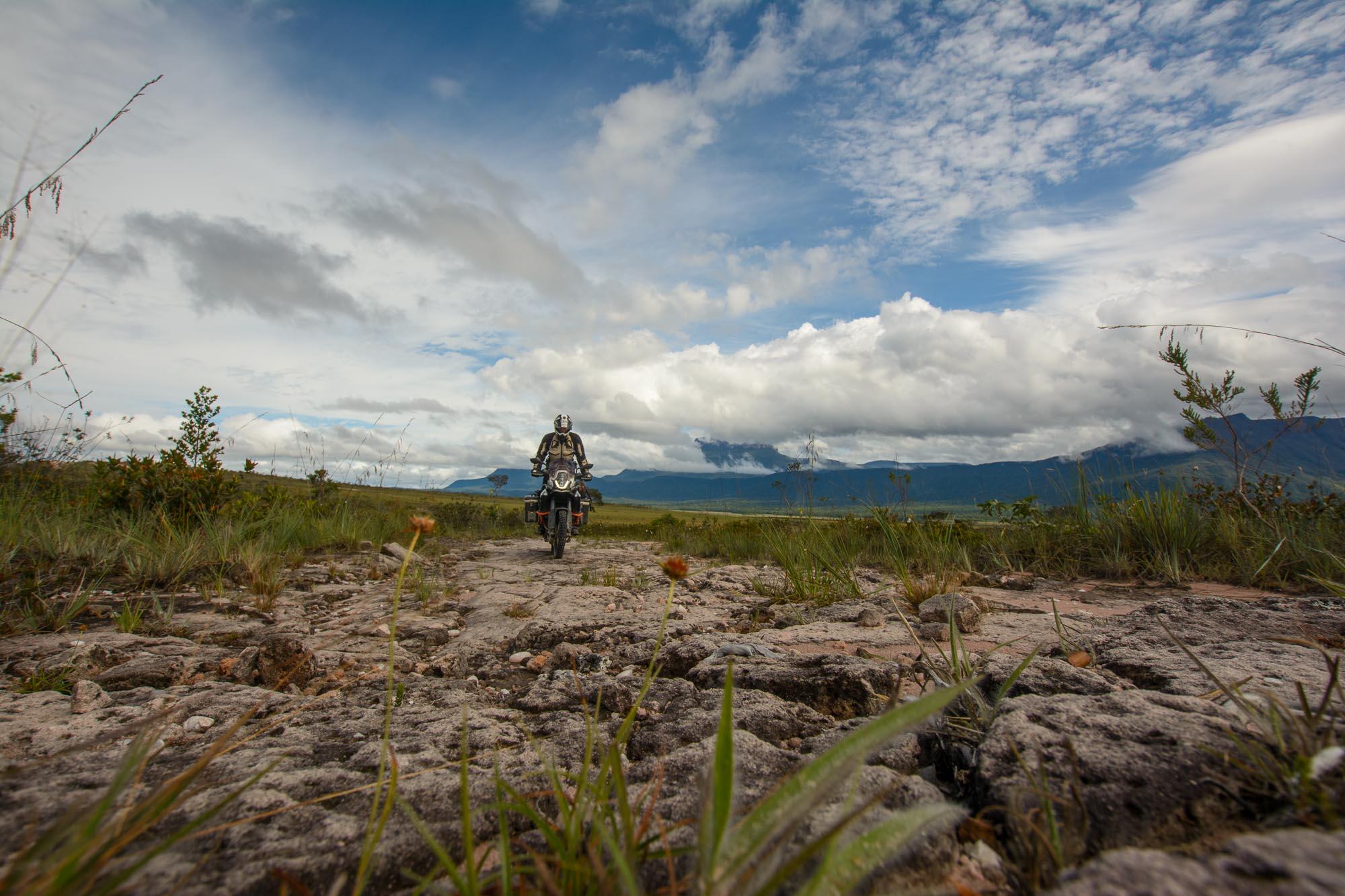 Mit dem Motorrad auf Felsen