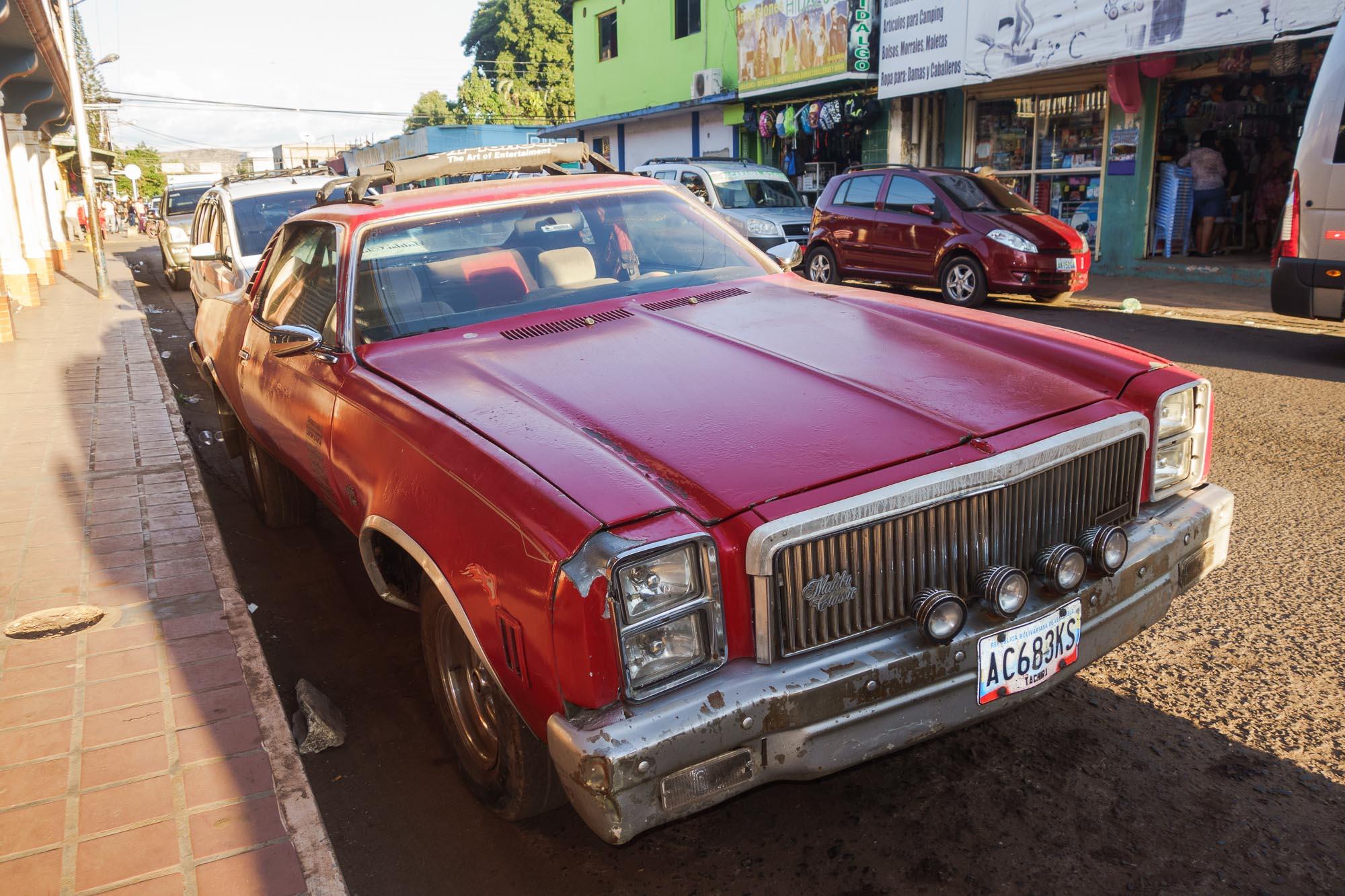 Rotes Auto in Santa Elena